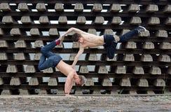Verrückte Jugendliche, die Breakdance auf den Schienen tanzen Stockfotos