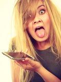 Verrückte junge Frau, die am Telefon spricht Lizenzfreies Stockfoto