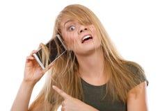 Verrückte junge Frau, die am Telefon spricht Stockfoto