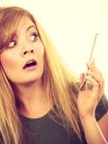 Verrückte junge Frau, die am Telefon spricht Lizenzfreie Stockfotografie