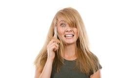 Verrückte junge Frau, die am Telefon spricht Stockfotos