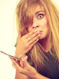 Verrückte junge Frau, die am Telefon spricht Lizenzfreies Stockbild