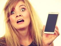 Verrückte junge Frau, die am Telefon spricht Stockbilder