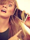 Verrückte junge Frau, die am Telefon spricht Lizenzfreie Stockbilder