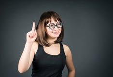 Verrückte Mädchen Junger Sonderlingsmädchen Brunette in den lustigen Gläsern Stockfoto