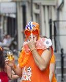 Verrückte niederländische Fußballfans in der Orange Lizenzfreies Stockfoto
