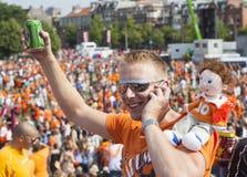 Verrückte niederländische Fußballfans in der Orange Lizenzfreie Stockfotografie