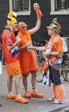 Verrückte niederländische Fußballfans in der Orange Stockbilder
