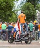 Verrückte niederländische Fußballfans in der Orange Stockfotos
