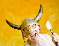 Verrückter alter Mann in einem Wikinger-Sturzhelm Lizenzfreies Stockfoto