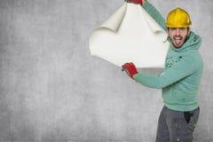 Verrückter Arbeiter zeigt leere Baupläne stockbilder