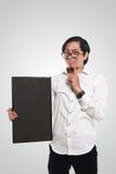 Verrückter asiatischer Geschäftsmann Holding Blackboard Lizenzfreies Stockfoto