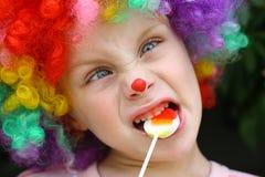 Verrückter Clown Child mit Lutscher Lizenzfreie Stockfotos