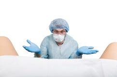 Verrückter Gynäkologe überprüft einen Patienten verschiedene Gefühle wütenden Doktorausdrucks und macht unterschiedliches hand& x Lizenzfreies Stockbild