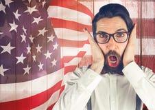 Verrückter Hippie, der auf einem Hintergrund der amerikanischen Flagge steht Stockfotos