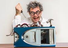 Verrückter Ingenieur oder Wissenschaftler, die Computer reparieren Stockbild