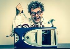 Verrückter Ingenieur oder Wissenschaftler, die Computer- Retrostil reparieren Lizenzfreie Stockfotografie