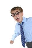 Verrückter Junge, der die verrückten Gläser haben Spaß trägt Stockfotografie