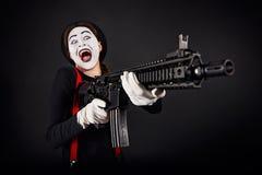 Verrückter lächelnder Pantomime mit Gewehr lizenzfreie stockfotografie