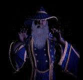 Verrückter mürrischer alter Zauberer, der magischen Bann wirft Lizenzfreie Stockfotografie