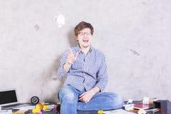 Verrückter Mann auf dem Desktop Lizenzfreie Stockfotos