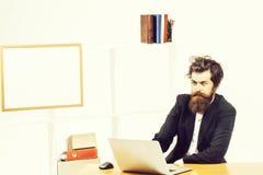 Verrückter Mann, der Laptop betrachtet lizenzfreies stockfoto