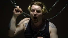 Verrückter Mann gesprungen in Ketten stock video