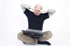 Verrückter Mann mit Laptop Lizenzfreies Stockbild
