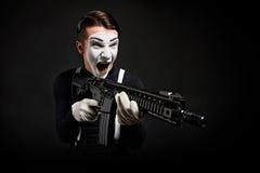 Verrückter Pantomime mit Waffe stockfoto