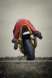 Verrückter Radfahrer auf Motorrad Stockfoto