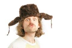 Verrückter russischer Mann mit Ohrabdeckstreifen Schutzkappe Lizenzfreies Stockfoto