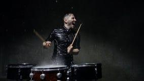 Verrückter Schlagzeuger der Fotoaufnahme im Regen stock video footage