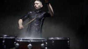Verrückter Schlagzeuger der Fotoaufnahme im Regen stock footage
