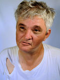 Verrückter schmutziger alter älterer die Stirn runzelnder Mann Stockbild