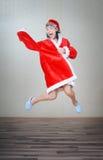 Verrückter springender Weihnachtsmann Stockfotografie