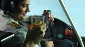 Verrückter trinkender Versuchsalkohol im Cockpit und im navigieren Flugzeug, gefährliche Wahnsinnige stock video footage