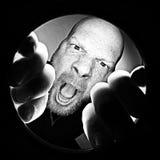 Verrückter wütender Mann, der hinunter ein Loch kreischt Lizenzfreie Stockfotos