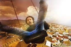 Verrückter, wütender und glücklicher Mann des Konzeptes kletterte ein Schwingen stockfoto