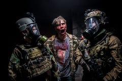 Verrückter Zombie greift zwei Soldaten mit Gewehren an Stockfoto