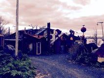 Verrücktes Autofriedhofhaus Lizenzfreie Stockfotos