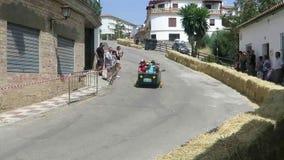 Verrücktes Autorennen im andalusischen Dorf stock footage