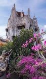 Verrücktes Haus untergetaucht in einem üppigen Garten Lizenzfreies Stockfoto
