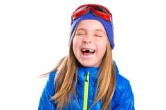 Verrücktes lachendes lustiges Kindermädchen mit Winterhut Stockfotografie