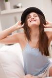 Verrücktes Mädchen der Achtziger Jahre mit einem schwarzen Hut Lizenzfreie Stockbilder