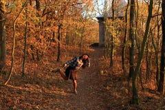 Verrücktes Mädchentanzen im Wald Lizenzfreies Stockbild