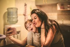 Verrücktes Selbstporträt der Mütter und der Töchter Abschluss oben Lizenzfreies Stockfoto