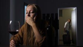 Verraden vrouwen schoppende bedriegende echtgenoot uit huis stock footage