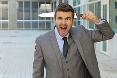 Verraden zakenman kijken die die in het bureau wordt geschokt stock foto's