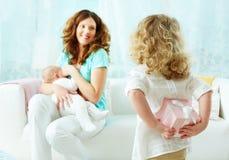 Överraskning för mamma Fotografering för Bildbyråer