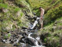 Verrassende stroom van water in de bergen Royalty-vrije Stock Fotografie